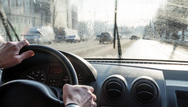 Kulunut tai rikkonainen tuulilasi on turvallisuusriski liikenteessä